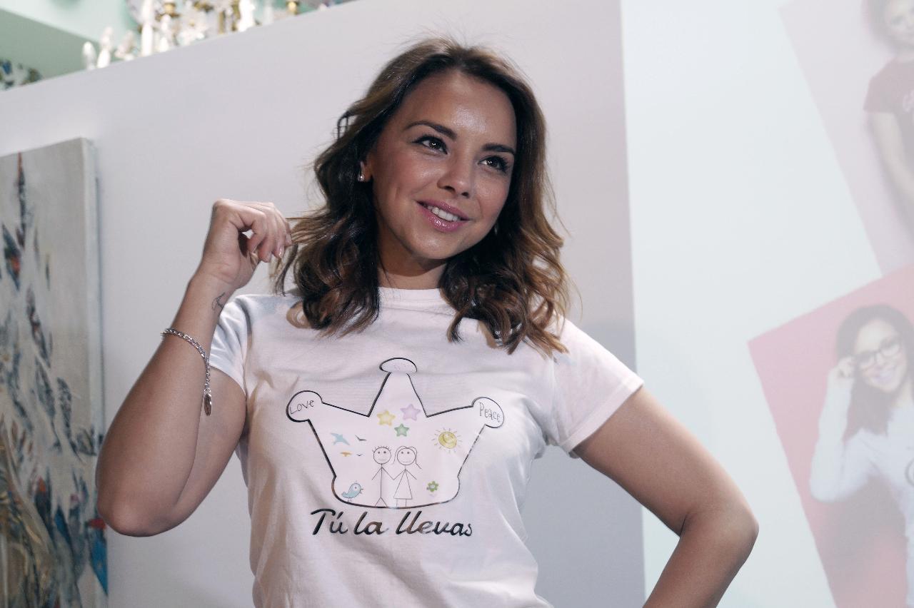 chenoa-presenta-camiseta-pulsera-solidaria_808129323_6169444_1280x852
