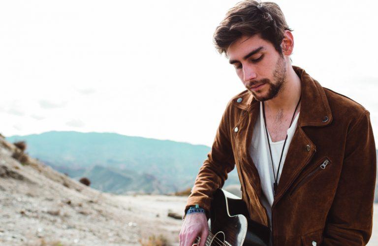 """Álvaro Soler publica la reedición de su álbum """"Eterno Agosto"""""""