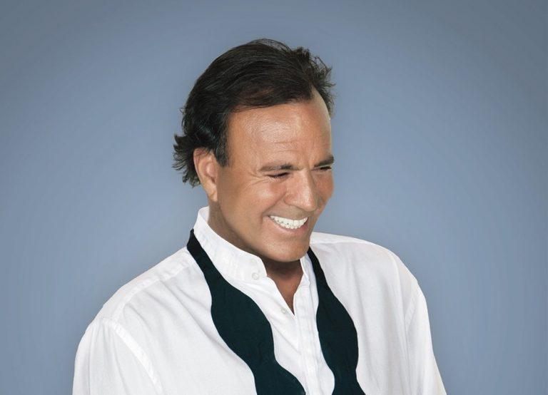 Julio Iglesias prepara un disco junto a Sabina, Alborán y Calamaro