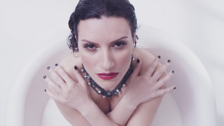 "Laura Pausini se ""desnuda"" en su último videoclip"