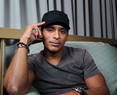 Jon Secada rinde tributo al músico cubano Benny Moré